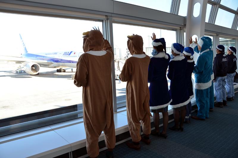 ANA249便福岡行きをお見送りするANAグループ社員
