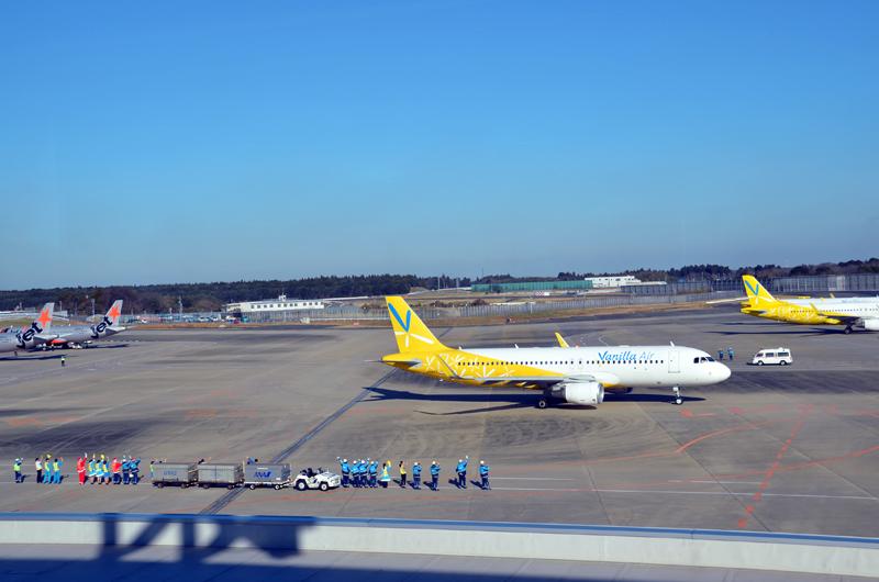 快晴の中、出発準備を終えて駐機場を離れるバニラエア機
