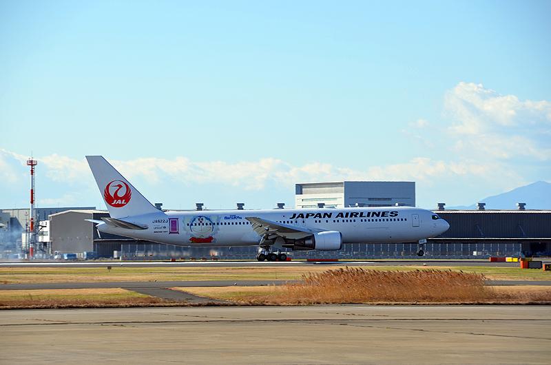 整備・塗装作業を終え、シンガポールから羽田空港に到着