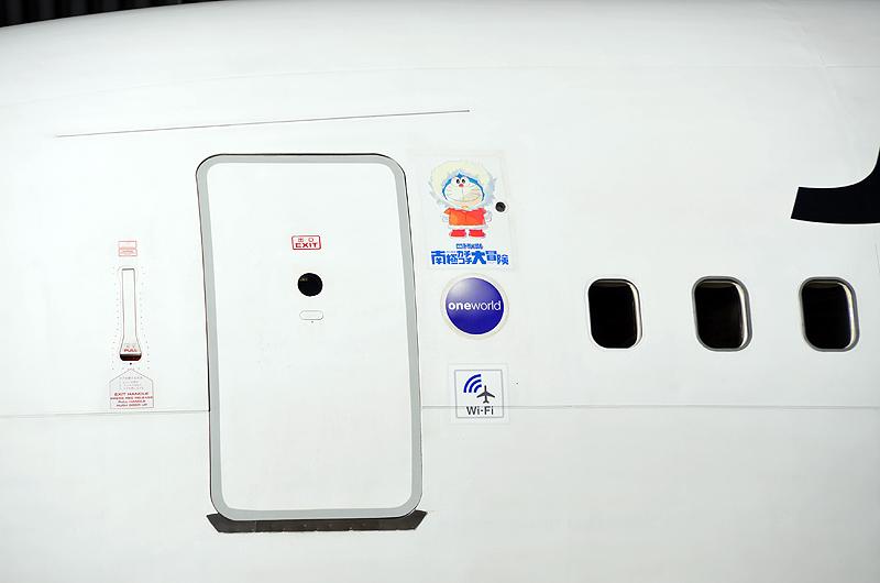 機体前方左側の扉横にも「ドラえもん」が描かれ、お客様を出迎えてくれる