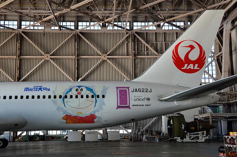 「ドラえもん」と「どこでもドア」が機体後方に描かれている