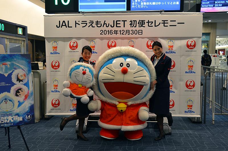 羽田空港からの初便となった福岡行きのJAL331便出発前には「ドラえもん」が搭乗ゲートに