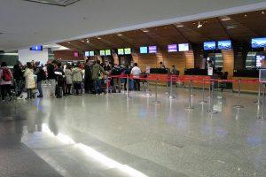 台北・桃園国際空港のピーチチェックインカウンター。台湾人の利用者が多く目立つ