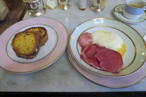 早朝にシャルル・ド・ゴール空港到着後、朝食もシャンゼリゼ通りで食べることもできる。