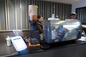 オークランド空港のビジネスクラス及び上級会員用のラウンジでは注文してからカプチーノなどを作ってくれる。