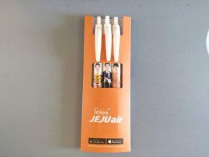 搭乗ゲートで配られたチェジュ航空イメージキャラクターのソン・ジュンギさんが描かれた記念品のペン