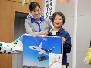 インタビューを受ける坂戸市立三芳野小学校の児童