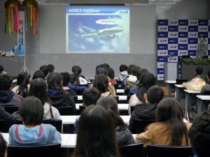 工場見学前には教室でANAが運航する飛行機と整備についてお勉強