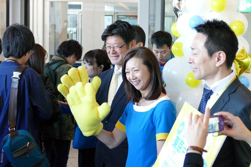 五島勝也社長(写真左)とバニラエアの制服を着用した山室美緒子副社長(写真中央)自ら初便乗客を見送る