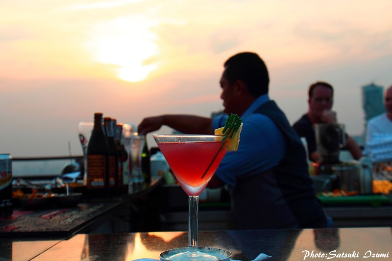 夕陽に染まるバーでいただく「Vertigo Sunset」