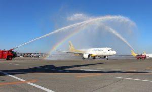初便を祝う放水アーチで虹も(写真提供:バニラエア)