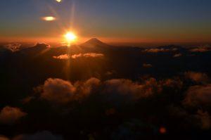 富士山をバックにご来光