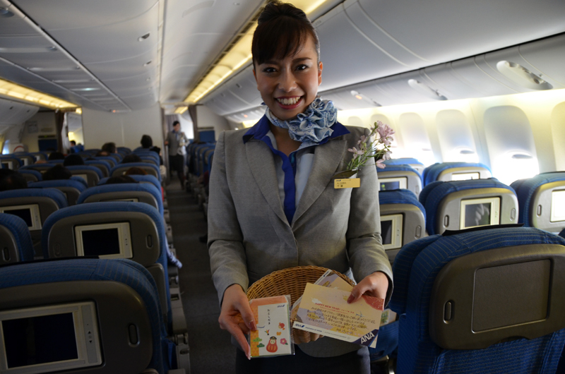 初日の出を鑑賞した後は、コサージュを付けた客室乗務員がお年玉袋とメッセージカードを乗客に配布した