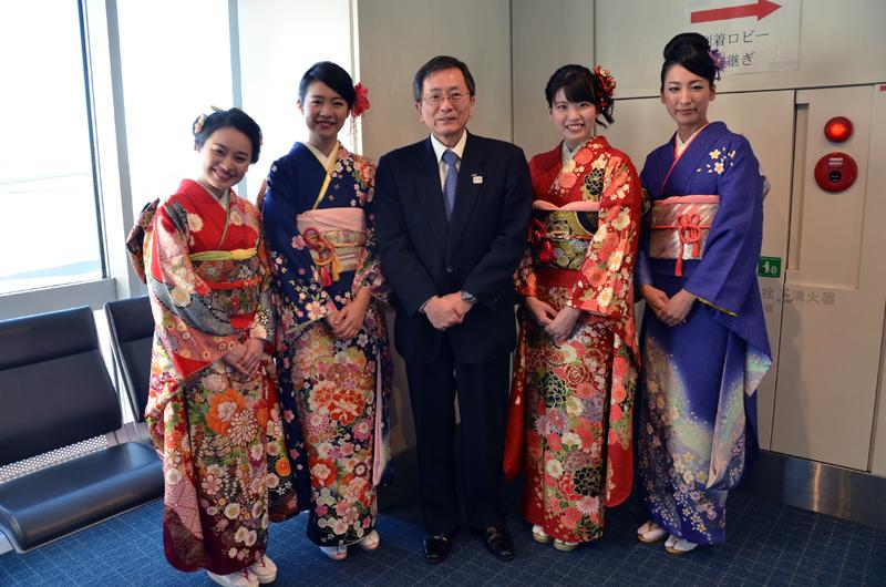 到着時もANA篠辺社長が飛行機を降りて到着ロビーへ向かうお客様をお見送りした