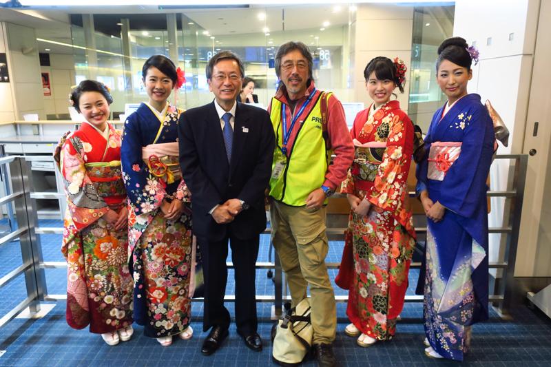 ルーク・オザワ氏(右)とANA篠辺修社長(左)