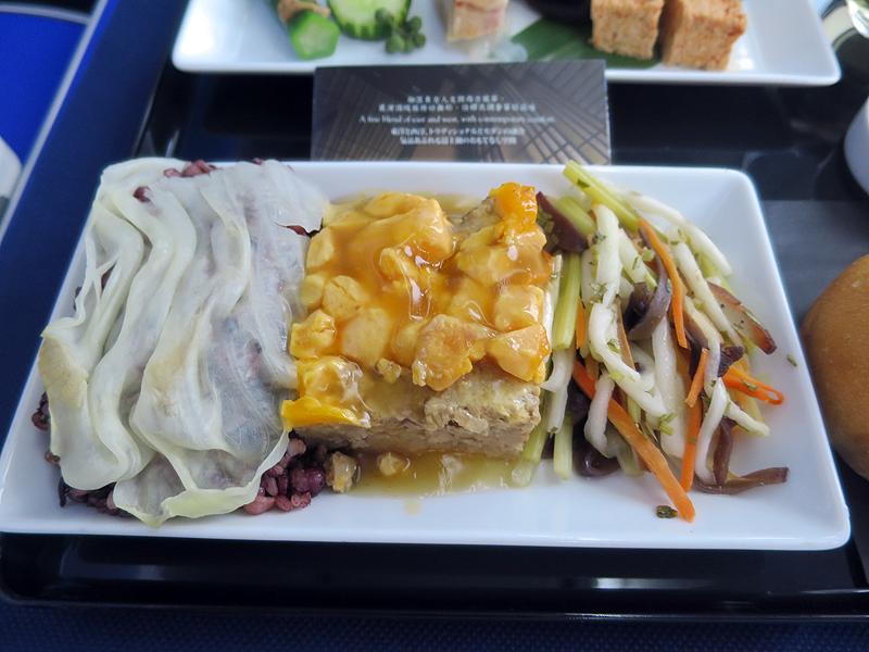 メインディッシュ(クワイ入り肉餅※ロービン、五穀ご飯、五色野菜炒め)
