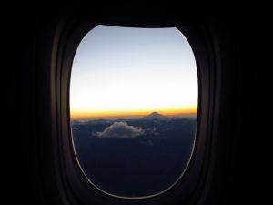 ご来光直前の窓越しの富士山