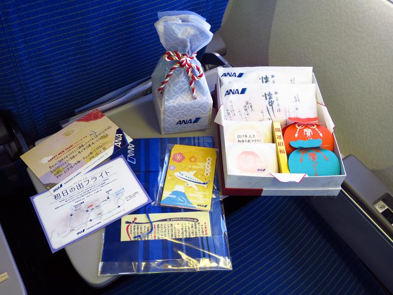 搭乗されたお客様には、和菓子、八重山花織のブックカバー、オリジナルの升に入った日本酒、記念の搭乗証明書などがプレゼントされた