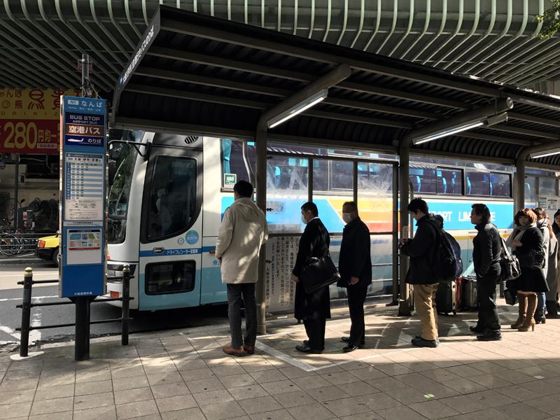 なんば駅のバス乗り場。時間帯によっては混雑しており補助席になる場合もある。