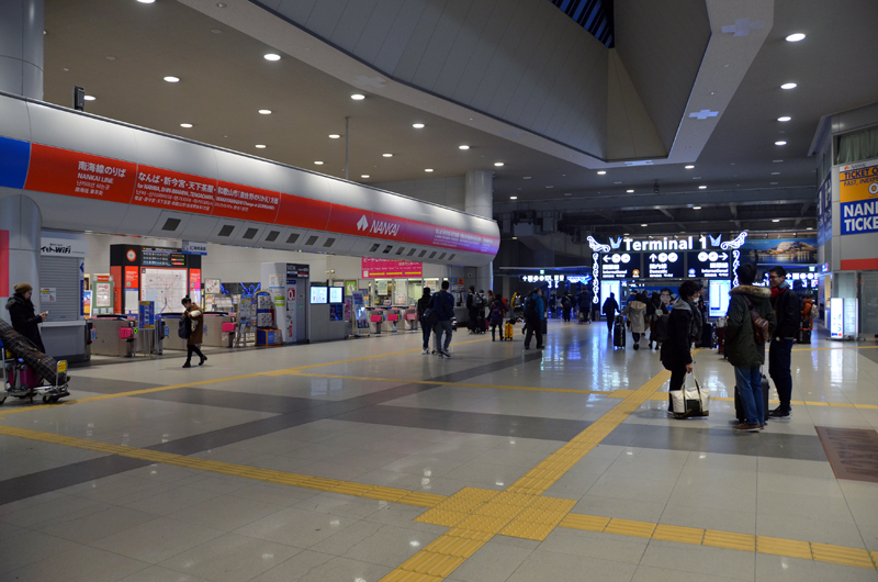 関西空港駅の改札口。南海電鉄とJR西日本の改札が隣り合っている