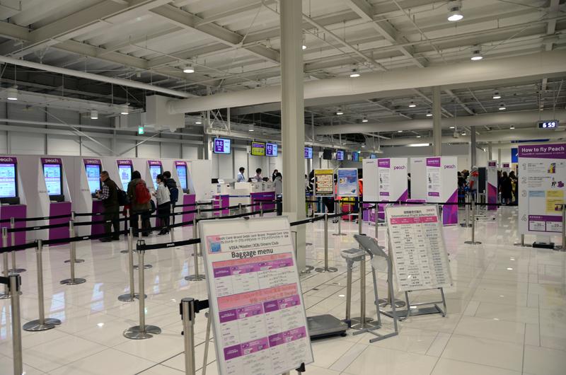 関西空港第2ターミナルのピーチ国際線チェックインカウンター