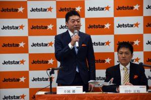 発表会で挨拶をするジェットスター・ジャパンの片岡優代表取締役会長