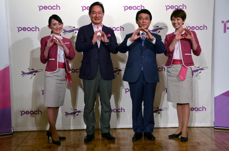 ピーチマークを掲げるピーチの井上CEOとANAHDの片野坂社長