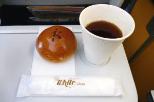 写真左:「バニラエア特製とろ~りクリームパン」350円(税込) 写真右:アロマスティック ストレート200円(税込)