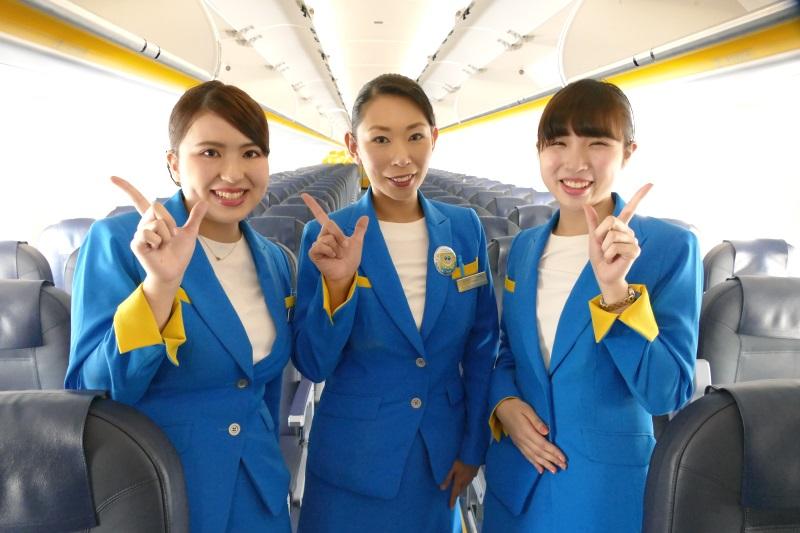 笑顔で撮影に応じるJW953便成田発函館行きの初便のクルー