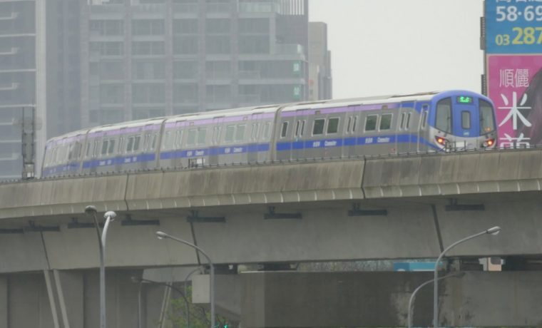 高鐵桃園駅に到着する桃園MRTの普通車