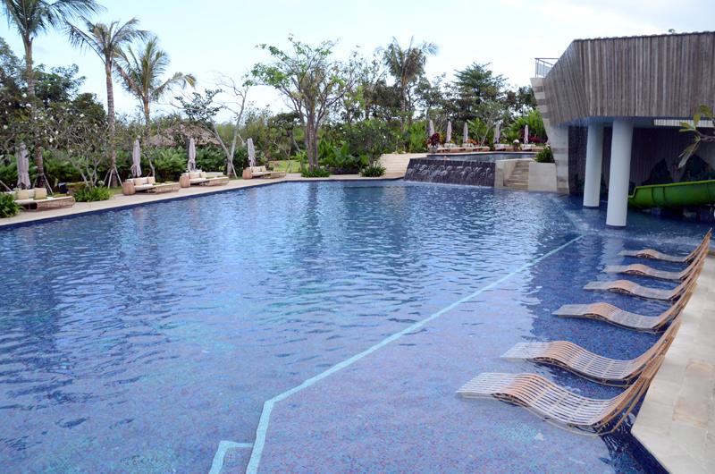 ホテルのプールでのんびりするのもおすすめの過ごし方