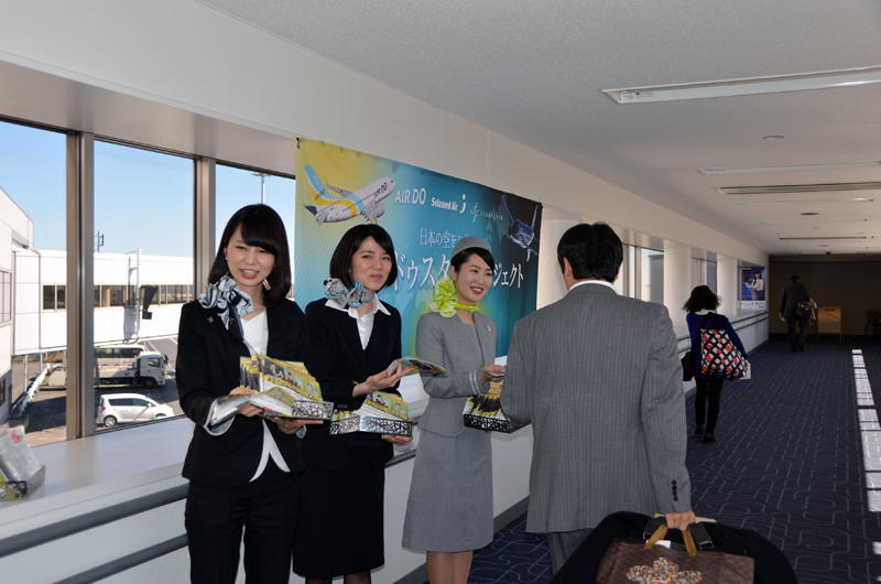 3社の客室乗務員が3月3日のひな祭りの日に搭乗した利用者に3社のスープ詰め合わせをプレゼントした