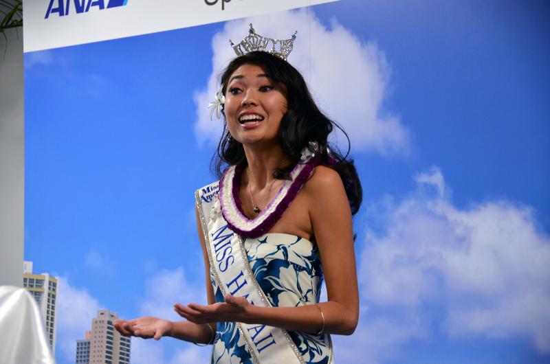 ミスハワイのアリソン・チューさんもハワイから駆けつけ、ハワイの歌をメディア関係者に披露した