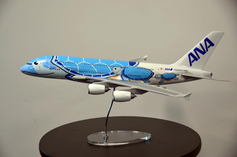 ANAのA380特別塗装機は、「ウミガメの家族」をコンセプトに「ハワイの青い海でゆったりとくつろぐホヌ(ウミガメ)の親子」を描いた「FLYING HONU」に決定した