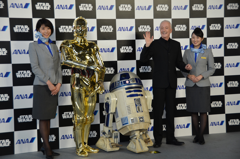 羽田空港でのお披露目イベントに登場したC3PO役のアンソニーダニエルズさんとR2-D2、C-3PO