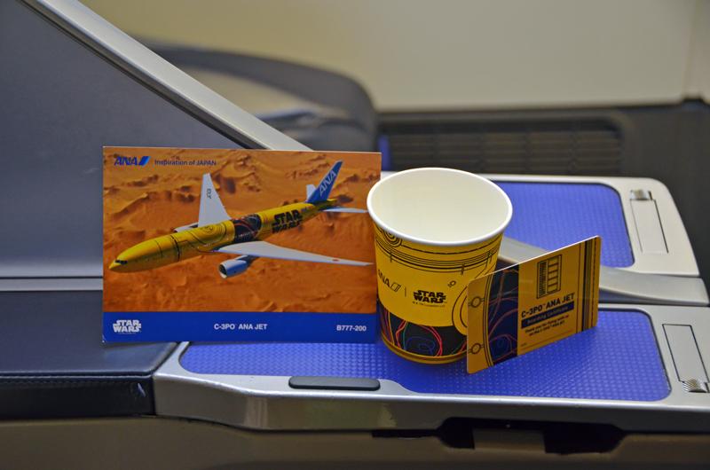 オリジナルのカップと搭乗証明書、ポストカード