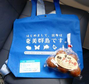 初便搭乗記念品のトートバッグ・黒糖アンダーギ(揚げドーナツ)・初便搭乗書