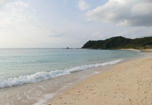 白砂のビーチが広がる崎原海岸