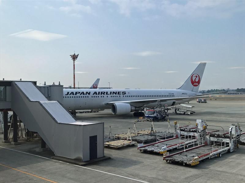 伊丹空港に駐機するJAL機