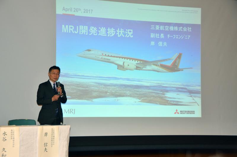 開発進捗状況を説明する三菱航空機のチーフエンジニアの岸信夫副社長