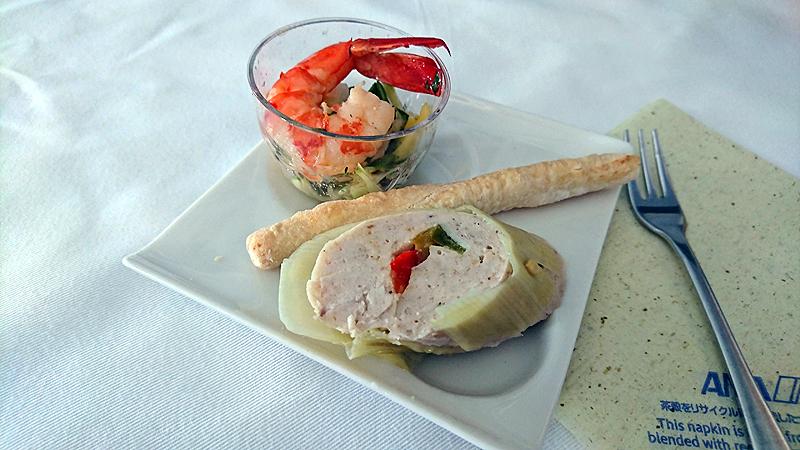 海老のマリネ マンゴーサルサ添え(上)、チーズ風味のグリッシーニ(真ん中)、リーキを巻いたチキンテリーヌ(下)