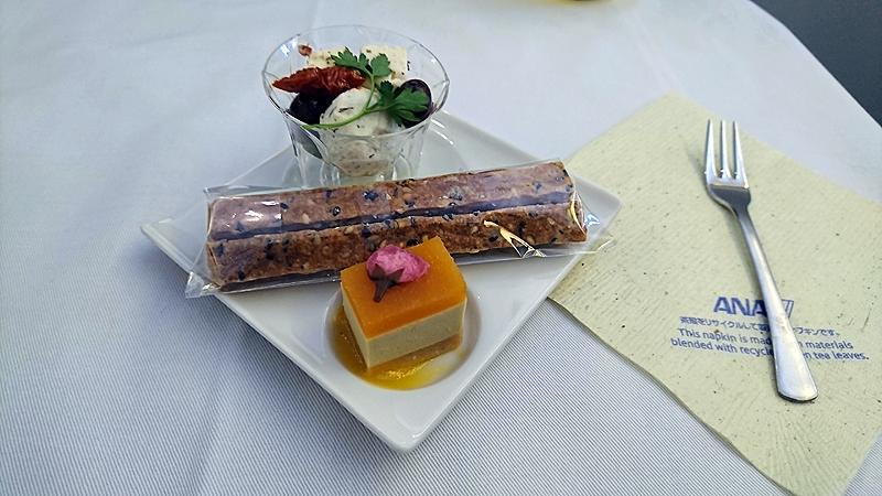 胡麻スティック(真ん中)、フォアグラムースとアプリコットジュレ(下)、2種のオリーブとチーズハーブオイルとともに(上)