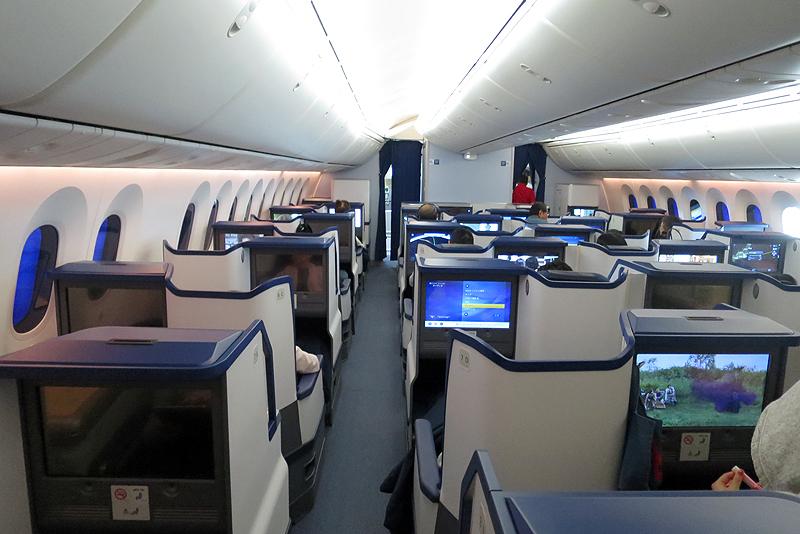 羽田~ホノルル線のビジネスクラスは、完全フルフラットになる「スタッガード」タイプが搭載されている