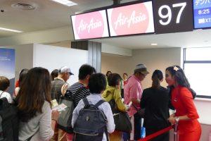 成田発の初便の乗客の約9割が日本人