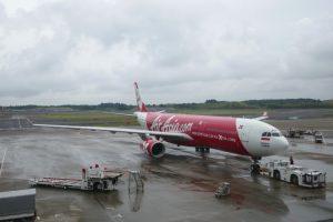 インドネシア・エアアジアXのXT402便成田発デンパサール行きは定刻より約1時間15分ほど遅れて午前9時40分にプ