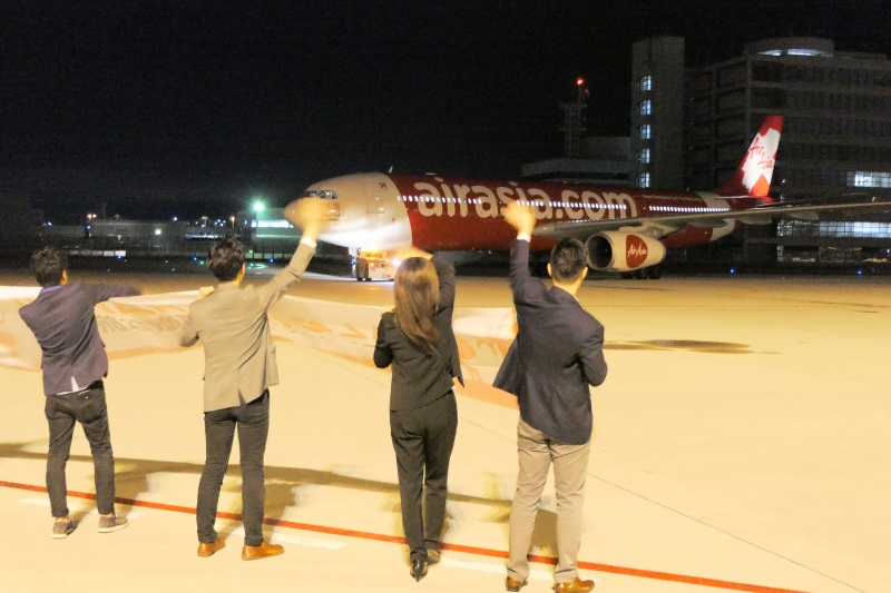 エアアジアの社員らが初便の出発を見送る