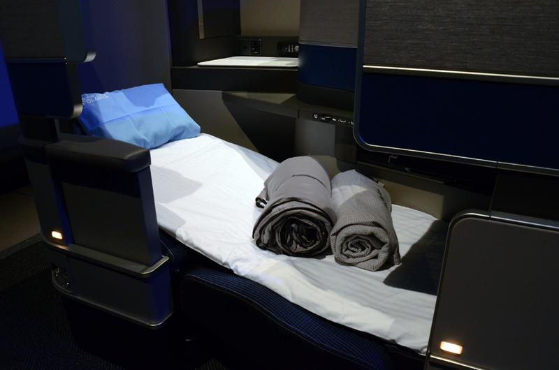 睡眠時には布団やブランケット、枕などの快眠グッズで目的地までぐっすり眠ることができる