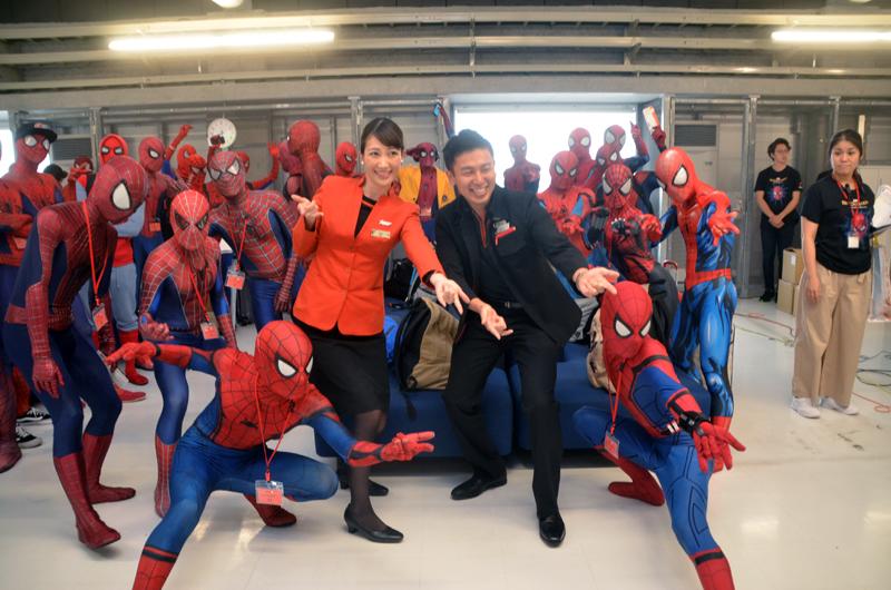 抽選で当たった40名がスパイダーマンのコスチュームで搭乗した