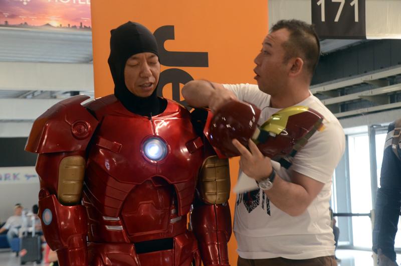 アイアンマンのマスクが外れた瞬間の「バイきんぐ」の小峠英二さんとマスクを外す西村瑞樹さん