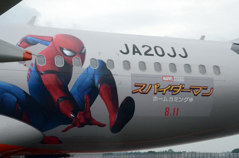 機体後方にスパイダーマンが描かれている